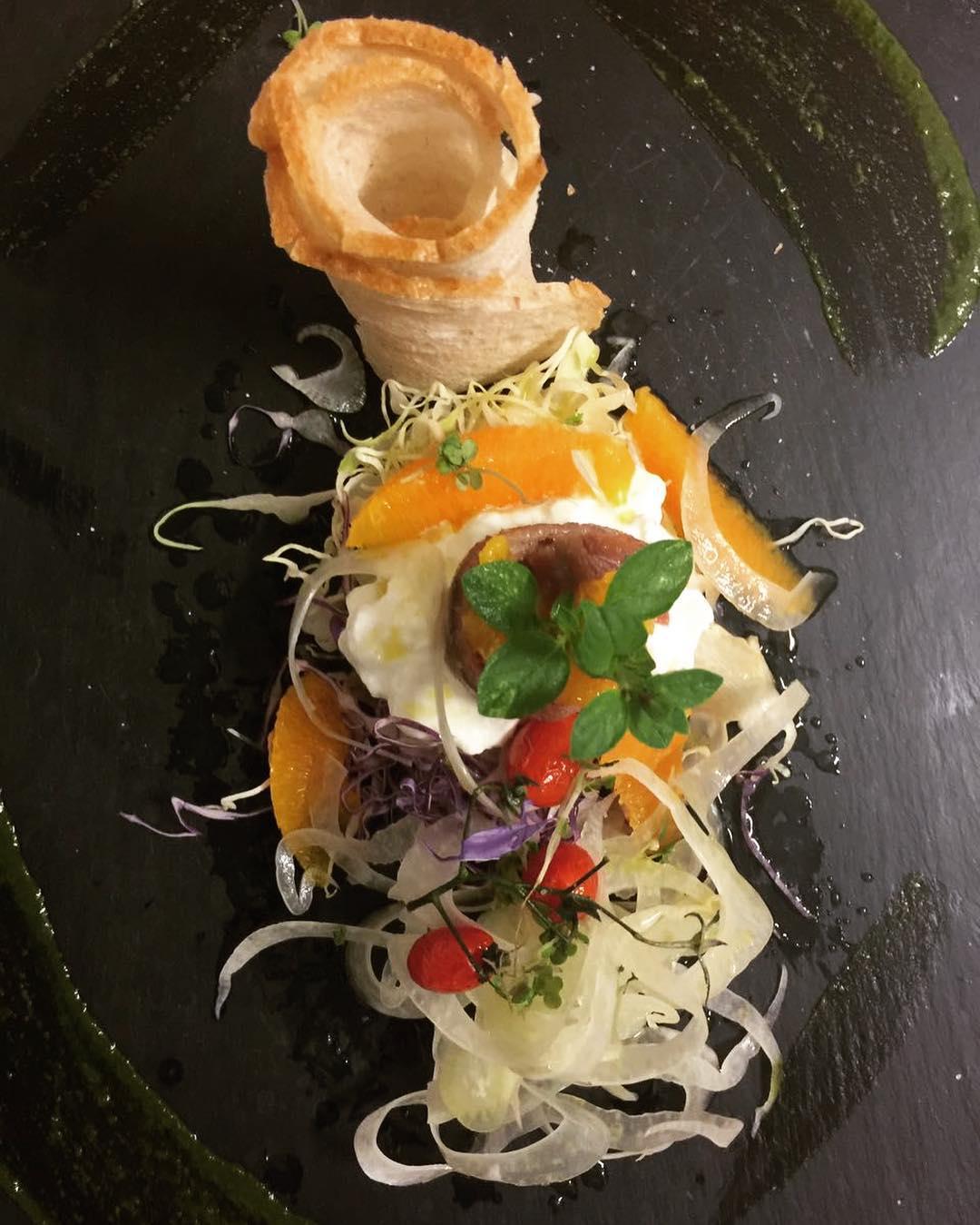 Insalata di finocchietto croccante con datterini confit, arancia a Vivo, burratina e alici del mar cantabrico