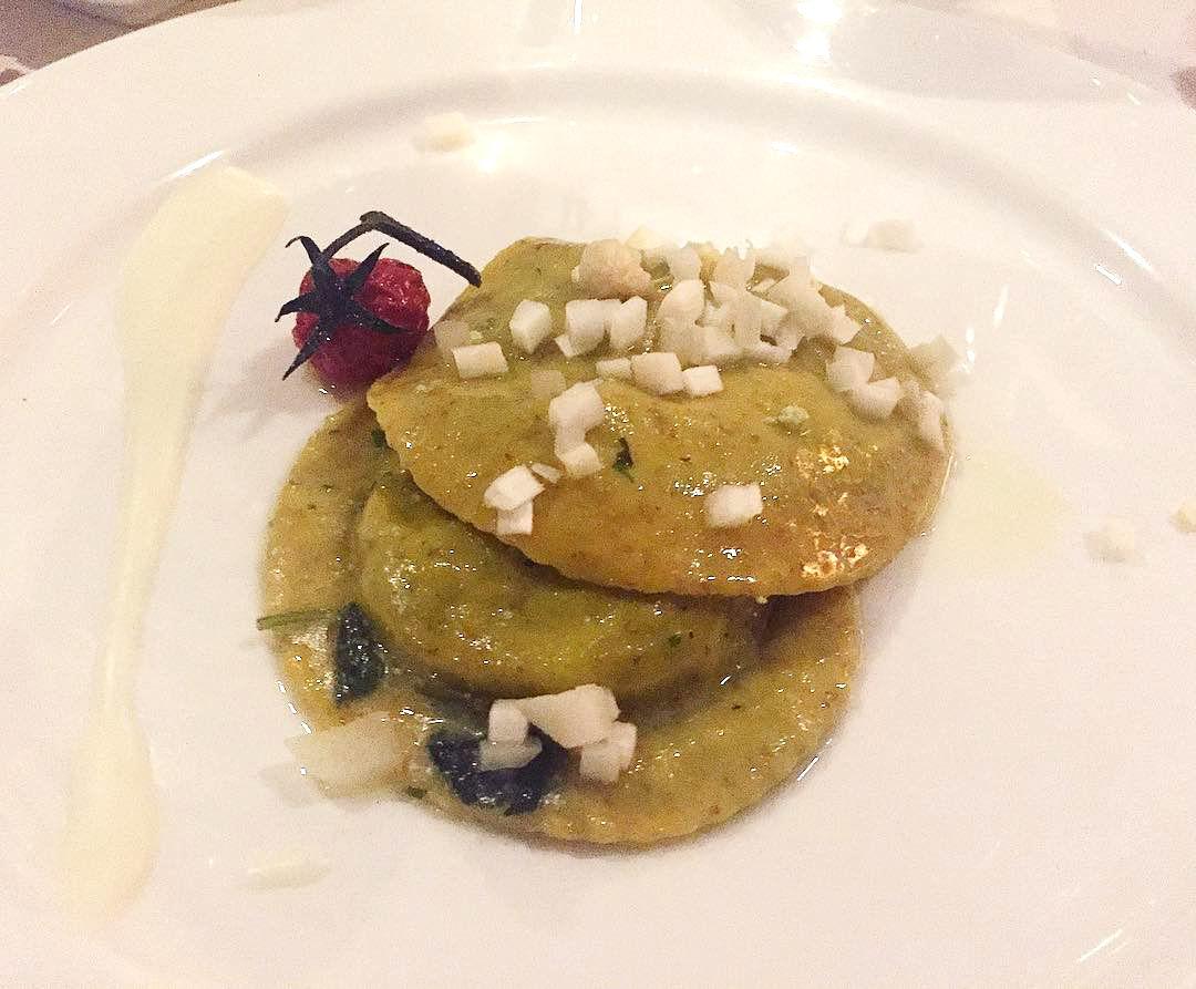 Raviolo integrale alle erbe tre spontanee, crema di Burrata e asparago bianco DO